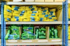 Élingues de levage molles en nylon vertes et jaunes empilées dans les piles Photos libres de droits