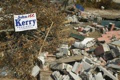 Élisez John Kerry President et les débris devant la maison ont fortement frappé par ouragan Ivan à Pensacola la Floride Images stock