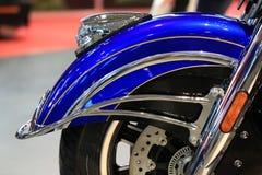 Élite 2018 de Roadmaster d'Indien de moto bleue et noire Plan rapproché avant d'amortisseur Image libre de droits