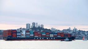 ÉLIXIR du cargo YM partant le port d'Oakland Photo libre de droits