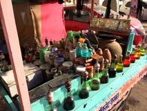 Élixirs colorées sur un chariot en bois avec le tombeau Photographie stock libre de droits
