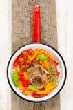 Émaillez la casserole avec le bifteck et les légumes d'épaule de porc Photos stock