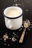 Émaillez la tasse avec le babeurre écossais et la farine d'avoine crue Images libres de droits