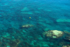 Émeraude, fond bleu d'eau de mer Image stock