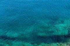Émeraude, fond bleu d'eau de mer Image libre de droits