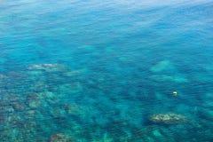 Émeraude, fond bleu d'eau de mer Ondulations de l'eau Image stock
