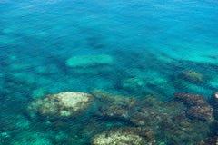 Émeraude, fond bleu d'eau de mer Ondulations de l'eau Photo libre de droits