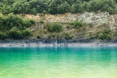 Émeraude, l'eau soyeuse du lac de mouvement de tache floue photos libres de droits
