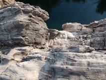 Émerveillez-vous la montagne avec le narmada de maa de rivière, Inde de Jabalpur Photo libre de droits