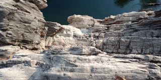 Émerveillez-vous la montagne avec le narmada de maa de rivière, Inde de Jabalpur Photographie stock libre de droits