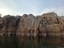Émerveillez-vous la montagne avec le narmada de maa de rivière, Inde de Jabalpur Images libres de droits