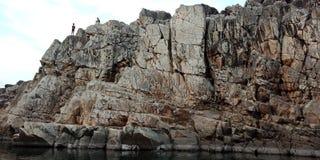 Émerveillez-vous la roche ou la montagne avec le maa Narmada, Inde de rivière de Jabalpur Photographie stock