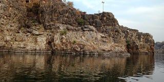 Émerveillez-vous la roche ou la montagne avec le maa Narmada, Inde de rivière de Jabalpur Images stock