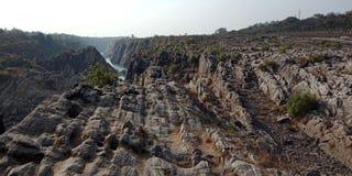 Émerveillez-vous la roche ou la montagne avec le maa Narmada, Inde de rivière de Jabalpur Photos stock
