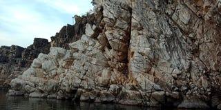 Émerveillez-vous la roche ou la montagne avec le maa Narmada, Inde de rivière de Jabalpur Photographie stock libre de droits