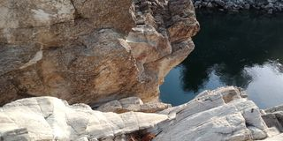 Émerveillez-vous la roche ou la montagne avec le maa Narmada, Inde de rivière de Jabalpur image libre de droits