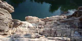 Émerveillez-vous la vue supérieure de roche ou de montagne, avec le maa Narmada de rivière, Inde de Jabalpur Image stock