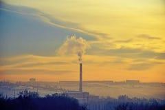 Émettant de la vapeur, tube de fumée, dans la ville d'hiver Images stock