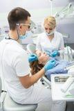 Émetteur à rayonnement ultraviolet remplissant de dent Photos stock
