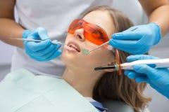 Émetteur à rayonnement ultraviolet remplissant de dent Image stock