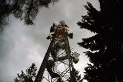 Émetteur avec le ciel foncé Photographie stock