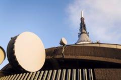 Émetteur de réseau de téléphone portable avec la tour de télécommunication Photos stock