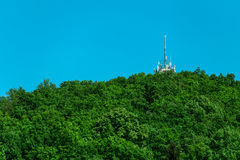 Émetteur de télécommunication dans la montagne Photo stock