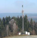 Émetteur de télévision sur la forêt de bord Image stock