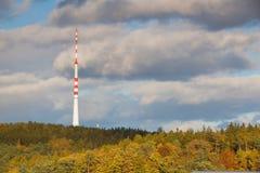Émetteur de TV dans la forêt d'automne Photographie stock