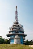 Émetteur de TV et de GSM sur la colline Image libre de droits