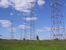 Émetteur puissant de tour hertzienne haut en métal sur le fond de ciel bleu image stock