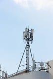 Émetteur-récepteur de téléphone portable sur un toit Image libre de droits