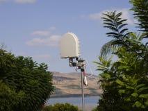 Émetteur radioélectrique cellulaire par le lac Images stock