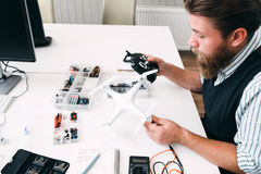 Émetteur se reliant de rc d'ingénieur avec le bourdon Images libres de droits