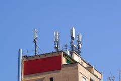 Émetteurs de GM/M sur un toit de la construction administrative blanche Fin vers le haut Image libre de droits