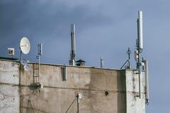 Émetteurs de GSM sur un toit du bâtiment Photo stock