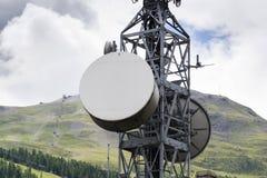 Émetteurs de téléphone portable sur la tour de télécommunication en montagnes Images stock