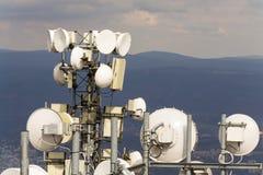 Émetteurs et antennes de télécommunication avec le fond de ville Photographie stock libre de droits