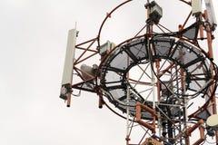Émetteurs et antennes sur la tour de télécommunication Photographie stock