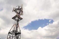 Émetteurs et antennes sur la tour de télécommunication Photo stock