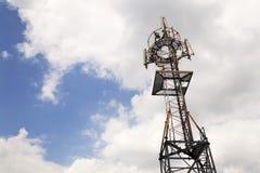 Émetteurs et antennes sur la tour de télécommunication Image libre de droits