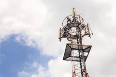 Émetteurs et antennes sur la tour de télécommunication Photos stock