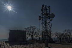 Émetteurs sur la colline de Lovos dans le jour ensoleillé d'hiver Photos stock