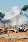 Émettez de la vapeur sur le champ de bataille, soldats combattent Images stock