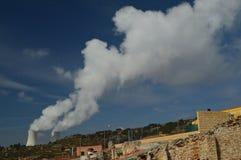 Émettre de la vapeur jumel de cheminées de la centrale nucléaire de Trillo Énergie, voyage, vacances Photo libre de droits