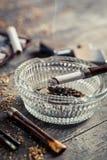 Émettre de la vapeur une cigarette dans le vieux tuyau Images stock