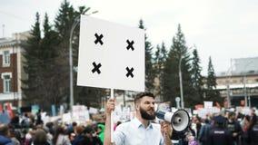 Émeute dans la ville Un garçon avec une affiche vide dans des vos mains pour votre mouvement lent de titre