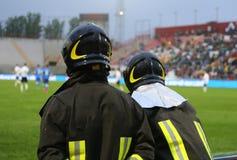 émeute des sapeurs-pompiers anti pour le service de sécurité dans le stade Image libre de droits