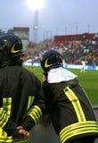 émeute des sapeurs-pompiers anti pour le service de sécurité dans le stade Photos libres de droits