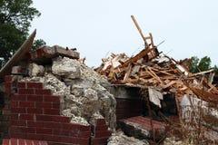 Émiettage concret et chute vers le bas briques avec des piles de blocaille Photo libre de droits